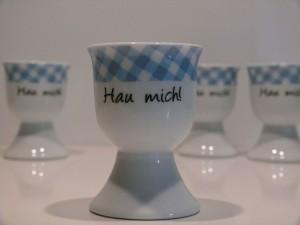 """Eierbecher """"Hau mich!"""" - 4er Set mit blauem Rand"""